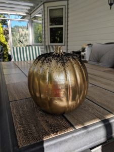 Once y our pumpkin is golded, you just need to add glitter!!